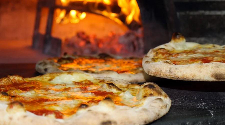 Pizza cotta nel forno a legna